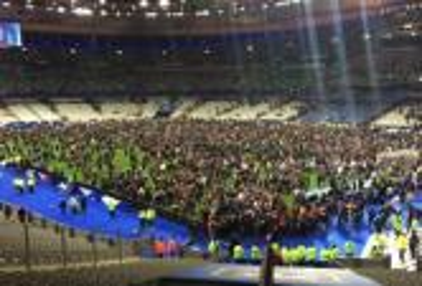 السلطات الفرنسية تمنع الجمهور من مغادرة ملعب فرنسا بعد الانفجارات