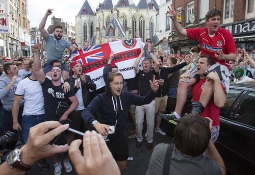 مشجعون إنجليز يوجهون إهانات لمجموعة من الأطفال المتسولين في فرنسا