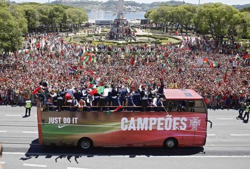 استقبال أسطوري للمنتخب البرتغالي بطل أوروبا لدى عودته إلى لشبونة