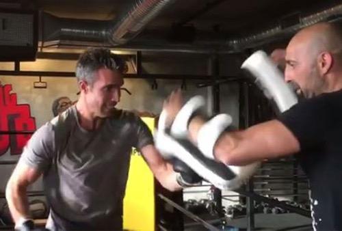 """فان بيرسي يتدرب على رياضة """"الكيك بوكسينغ"""" ويتحدى بدر هاري!"""