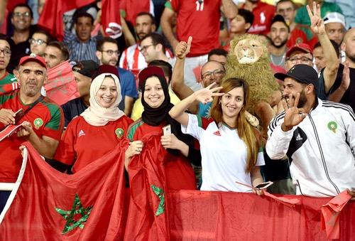 """بين عَثْرة البداية وتأخّر """"الانتِفاضة"""".. الجُمهور المغربي يَنقسِم حول إمكانية بلوغ """"المونديال"""""""