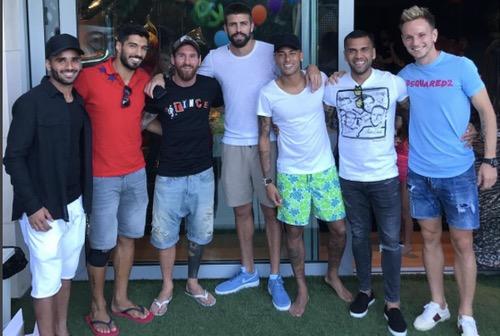برشلونة مستاء من صور نيمار مع لاعبي الفريق لكن يستبعد وجود سوء نية