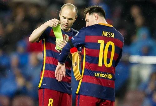 """انيستا يشيد بميسي ويصفه بأنه """"منحة"""" لبرشلونة ويلمح لمغادرته """"البلاوغرانا"""""""