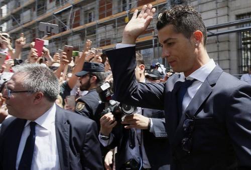 """رونالدو يُغادر محكمة مدريد بعد مواجهته بتهم التهرب الضريبي """"بشكل واع ومتعمد"""""""