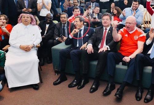 """ابتسامة مغربية """"ماكرة"""" في وجه مندوب السعودية بالأمم المتحدة بعد خسارة """"الأخضر"""" بخماسية"""