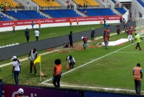 """عمليات """"ترقيع"""" بملعب أوييم تسبق مباراة المنتخب المغربي والطوغولي في """"الكان"""""""