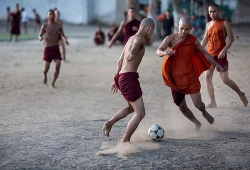 """هل صارت لعبة كرة القدم """"دينا"""" جديدا للعالم؟.. حقائق عن هذا """"السر المُقدّس"""" !"""