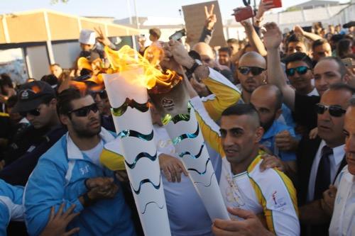 """لاجئ سوري ينقل """"الشعلة الأولمبية"""" من اليونان إلى البرازيل"""