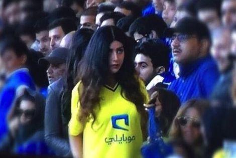 سعودي يطلق زوجته بعدما شاهدها تحضر كأس السوبر في لندن