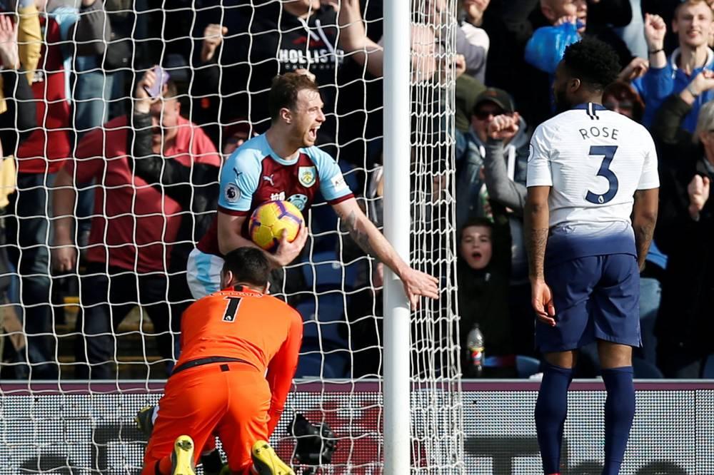 توتنهام يسقط أمام بيرنلي في الدوري الإنجليزي