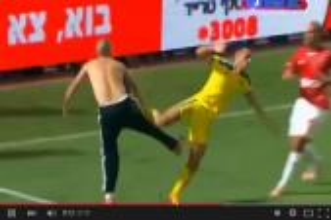 مشجع يهاجم لاعبا سجل في مرمى فريقه