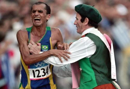 طرائف الأوليمبياد.. عداء يحصل على حلاقة وطعام مدى الحياة.. ولاعبة جمباز تتزوج أثناء المنافسات