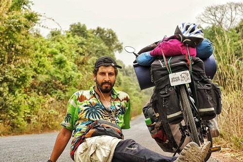 """مغربي جَال إفريقيا من العيون إلى """"كيب تاون"""" بدراجة.. تفاصيل حُلم يتحقّق!"""