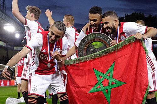 """في ليلة الوفاء.. مغاربة أياكس يحتفلون بـ""""العلم"""" وزياش يتذكر """"مُعلّمه"""""""