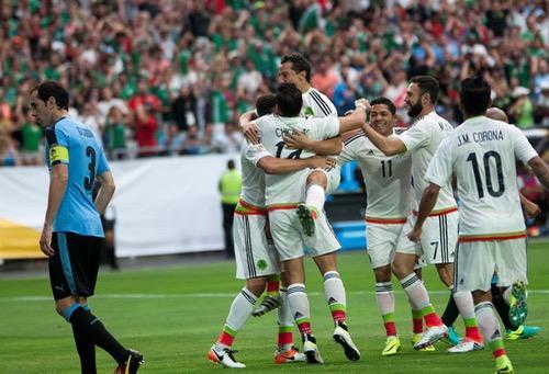 المكسيك تقسو على الأوروغواي بثلاثية في مباراة البطاقات الحمراء وترتقي للصدارة