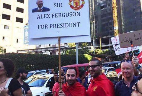 """متظاهر يطالب بالسير أليكس فيرغسون رئيساً لـ""""لبنان"""" !"""