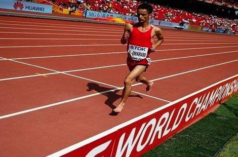 عداء يمني يكسب تعاطف الجماهير بعد ركضه حافي القدمين ببطولة العالم