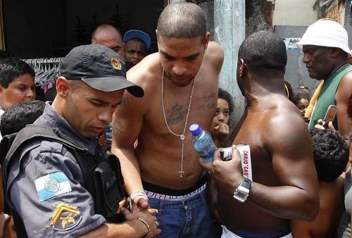 البرازيلي أدريانو.. من أحد أفضل المهاجمين في العالم إلى رجل عصابات