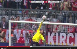 ألونسو يهدد مرمى الخصم من منتصف الملعب