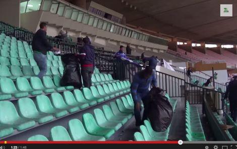جمهور الرجاء ينظف مدرجات محمد الخامس