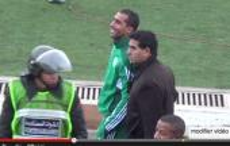 الأمن يخرج بورزوق من الملعب