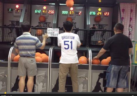 رجل يظهر مهارة كرة السلة