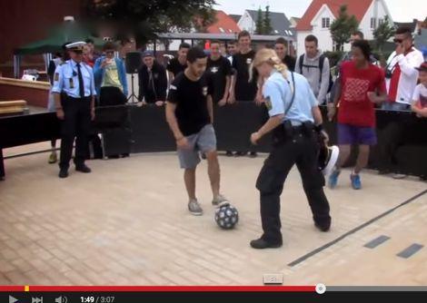 دعوة شرطيين للعب الكُرة