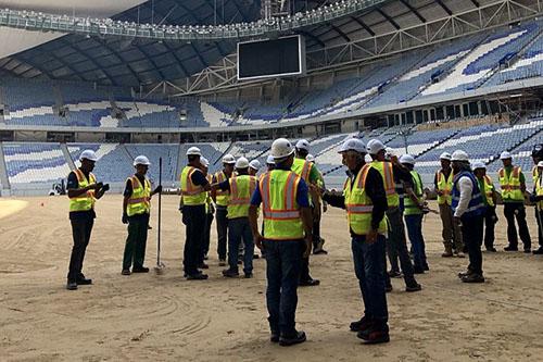 ملعب الوكرة يحطم رقما قياسيا في مدّ الأرضية العشبية قبل مونديال 2022