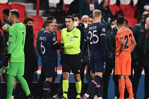 إيقاف حكم مباراة باشاك شهير التركي مع باريس سان جيرمان الفرنسي