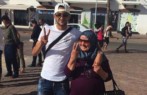 حكيم زياش يصطحب والدته في جولة سياحية بمدينة أكادير