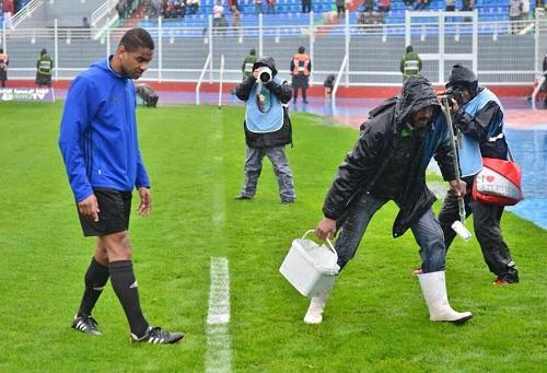 الكزاز لهسبورت: الأمطار وخُطوط الملعب مَنَعت إجراء مباراة الوداد والدفاع وسلامة اللاعبين أهمّ