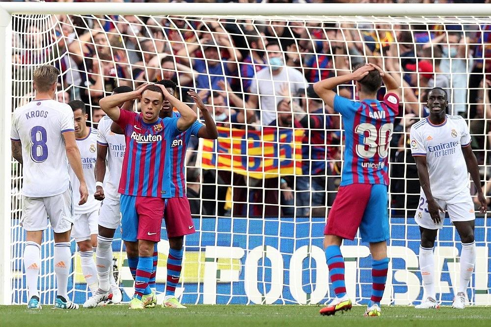 ريال مدريد يعتلي صدارة الدوري الإسباني بالفوز على برشلونة في كلاسيكو مثير