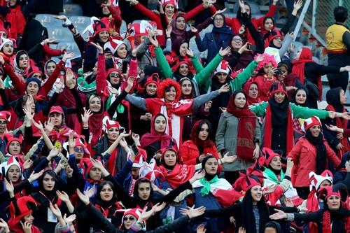 حضور النساء في مدرجات ملاعب كرة القدم .. حلم يتحقق في إيران