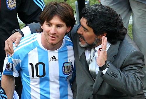 """مارادونا يَتّصل بميسي عقب انتقاداته اللاذعة.. ويوضح: هذا قصدي من قصّة """"الحمّام"""""""