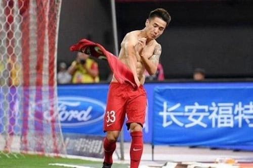 """لاعب صيني يواجه الطرد بسبب """"سلوك شرير"""""""
