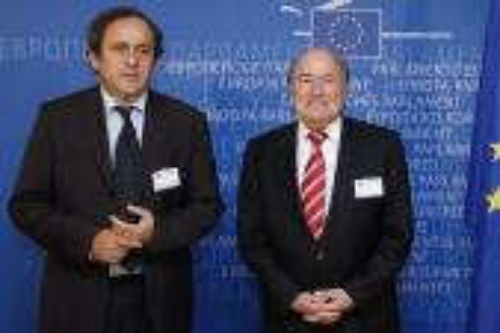 """لجنة الحوكمة بـ""""الفيفا"""" توصي بمحاكمة بلاتر وبلاتيني لاستعادة أموال"""