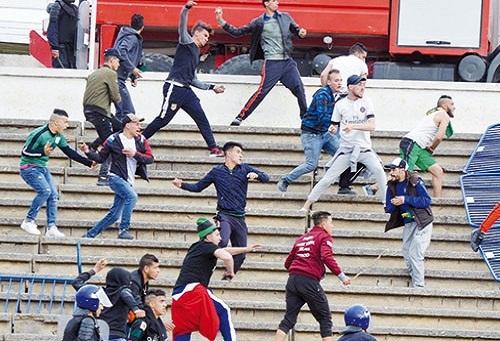 80 مصابا بينهم 30 شرطيا في شغب مولودية الجزائر وبرج بوعريريج