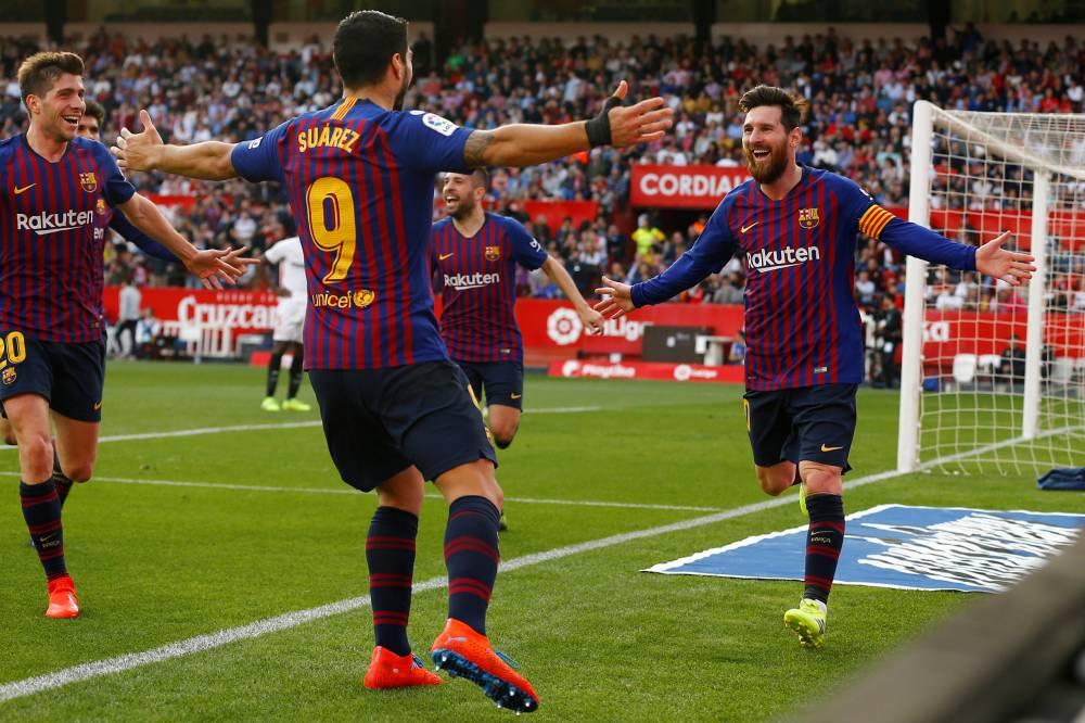 """""""هاتريك"""" ميسي يقود برشلونة لفوز صعب على أشبيلية في الدوري الإسباني"""