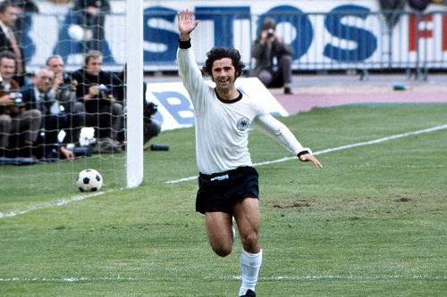 """الأسطورة غيرد مولر.. ذاكرة الكرة الألمانية تحت رحمة """"الزهايمر"""""""