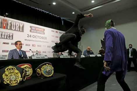 """""""باتمان"""" يعكر صفو المؤتمر الصحفي لبطولة العالم في الملاكمة"""