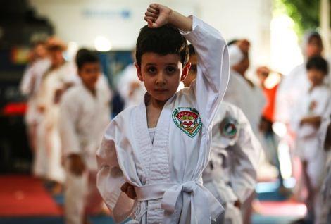 """أطفال غزة يفرغون طاقاتهم في رياضة """"الكاراتيه"""" في ظل قساوة العيش"""