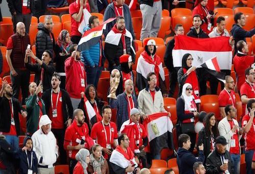 الفيفا يحقق في غياب الجمهور عن لقاء مصر وأوروغواي