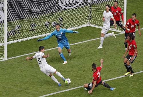 أوروغواي تهزم مصر بشق الأنفس وتفك عقدة مبارياتها الافتتاحية في كأس العالم