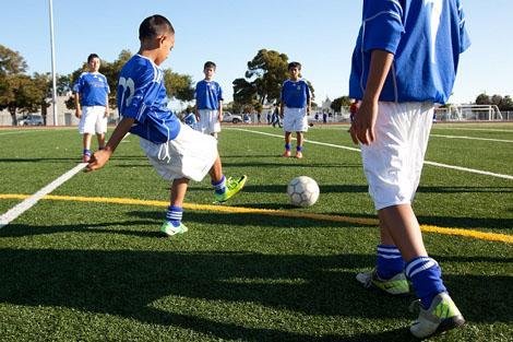 اتحاد أمريكا يمنع الأطفال من ضرب الكرة بالرأس