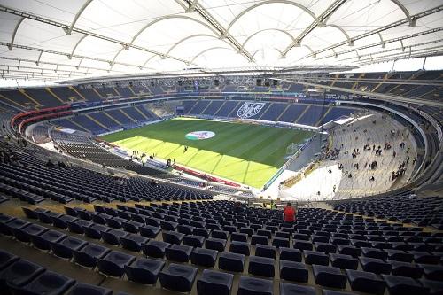 فرانكفورت يتجه للقضاء للحصول على موافقة بحضور 10 آلاف مشجع لمباراته أمام سانت إتيان