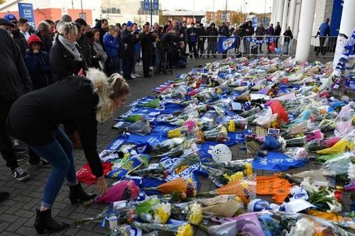 زهور وشموع أمام ملعب ليستر سيتي بعد تحطم مروحية مالك النادي