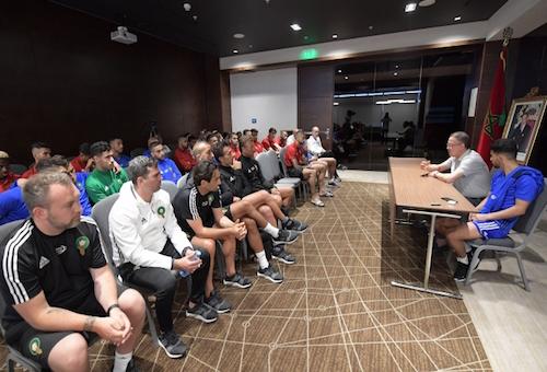 لقجع يجتمع مع لاعبي المنتخب ويؤكد: المغاربة فخورون بكم والهدف هو المشاركة!
