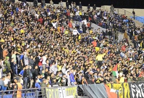 """""""الفاطال"""" يعيدون الدفء للمدرجات ويتغنون بالحرية لـ""""الأولتراس"""" المغربية"""