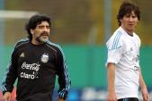 ميسي أم مارادونا.. أيهما الأحق بلقب الأفضل في تاريخ الكرة الأرجنتينية؟