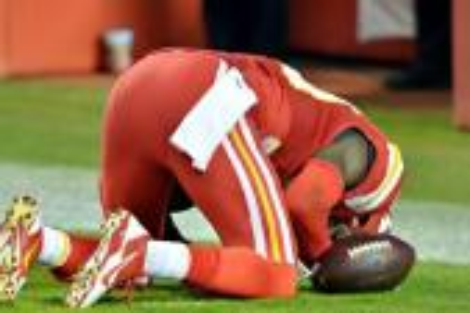 لاعب كرة قدم أمريكية مسلم يتعرض للإيقاف بسبب سجوده بالملعب